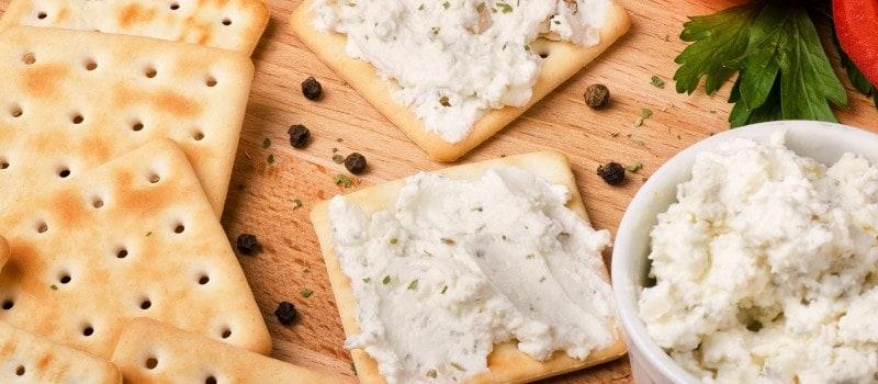 Veganer Frischkäse mit Cracker