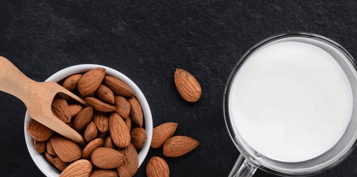 Wie man hausgemachte Mandelmilch billiger macht als die im Laden erhältlichen
