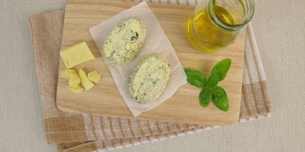 Vegane Butter ohne Kokosfett auf Brot aufgestrichen